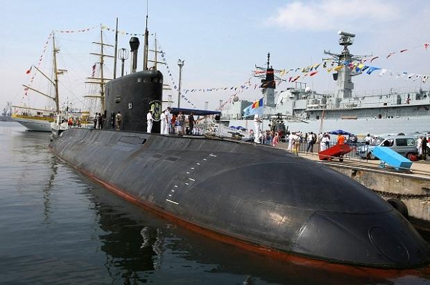Submarinul Delfinul legat la cheu