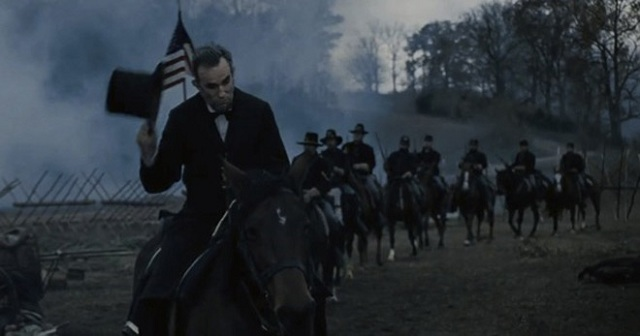 Abraham-Lincoln-riding-through-a-battlefield