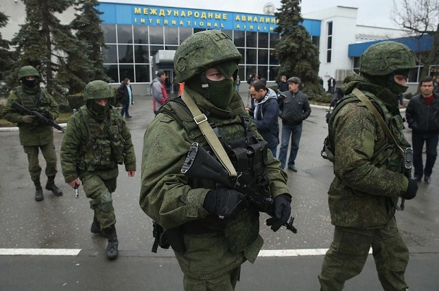 Soldiers-on-Patrol-at-Simferopol-International-Airport-3193453